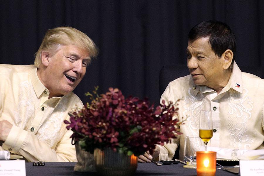 特朗普除了要在菲律賓參加幾個國際峰會外,還要和菲律賓進行會談。圖為特朗普和菲律賓總統杜特爾特。(ATHIT PERAWONGMETHA/AFP/Getty Images)