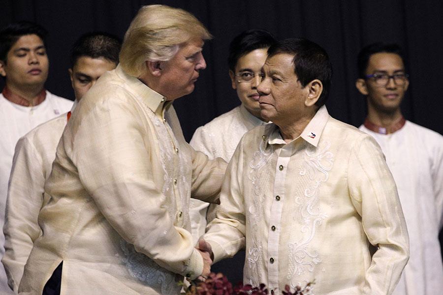 特朗普和杜特爾特兩次握手,在領導人合影之前兩人也互相進行了簡短的交談。(ATHIT PERAWONGMETHA/AFP/Getty Images)
