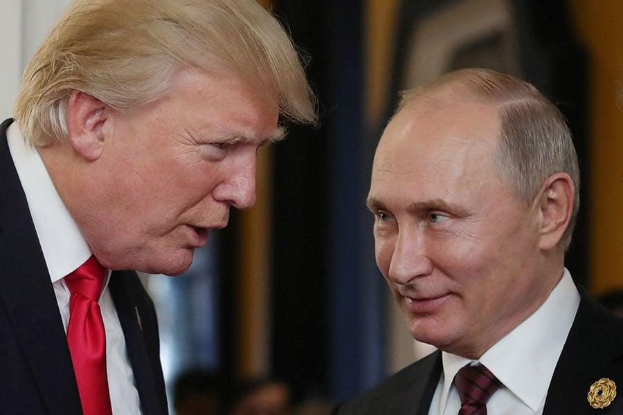 圖為美國總統特朗普(左)與俄羅斯總統普京(右)在APEC會議上碰面。(MIKHAIL KLIMENTYEV/AFP/Getty Images)