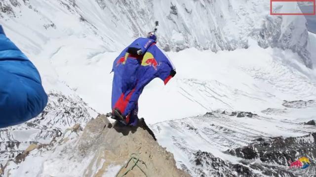 俄羅斯極限運動好手瓦列里・羅佐夫(Valery Rozov)11月11日穿著翼裝滑翔服(Wingsuit Flying),從尼泊爾喜馬拉雅山脈一躍而下時撞向懸崖身亡。(視像擷圖)
