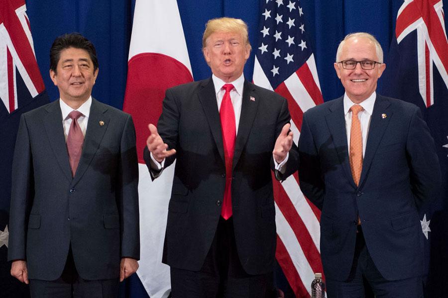 美國總統特朗普與澳洲總理特恩布爾(Malcolm Turnbull)和日本首相安倍晉三在東盟會議期間進行會晤。(JIM WATSON/AFP/Getty Images)