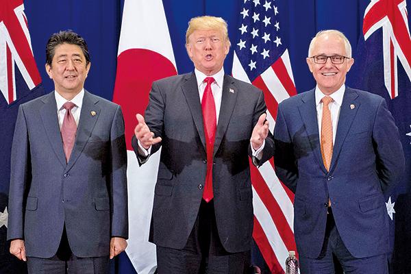 美國總統特朗普與澳洲總理特恩布爾(Malcolm Turnbull)和日本首相安倍晉三在東盟會議期間進行會晤,而特朗普又表示稍後會就北韓問題作重大宣佈。(Getty Images)