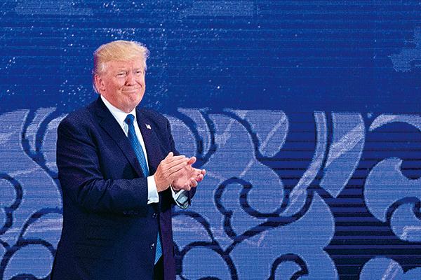 11月10日在越南舉行的亞太經合會領袖會議(APEC)上,美國總統特朗普依次列舉了印太地區各國的特點,還特別在民主層面上贊揚了印尼、韓國、日本和印度四國。(Getty Images)
