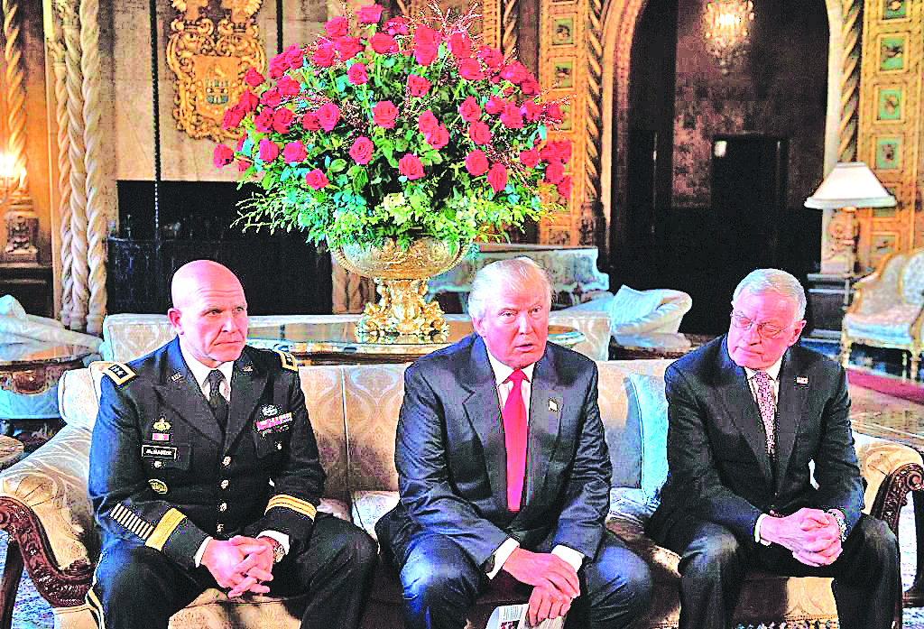 圖為特朗普任命現役陸軍中將麥克馬斯特(左)為新的國家安全事務顧問時合影。(AFP/Getty Images)