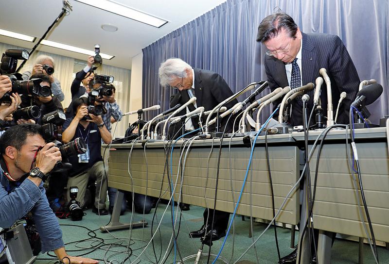 三菱汽車(Mitsubishi)20日承認油耗測試造假,三菱社長相川哲郎及兩名高管在20日傍晚的東京新聞發佈會上鞠躬道歉。(Getty Images)