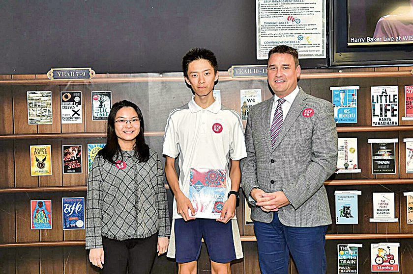 數學科老師Vivian Tsui(左)是徐長龍(中)的啟蒙老師。右為校長Chris Sammons。(郭威利/大紀元)