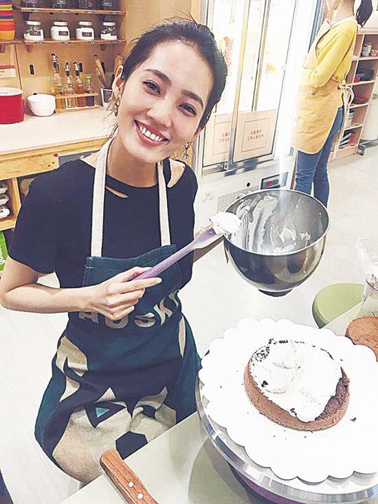 余文樂女友王棠云學整蛋糕為男友製造驚喜。(王棠云facebook)