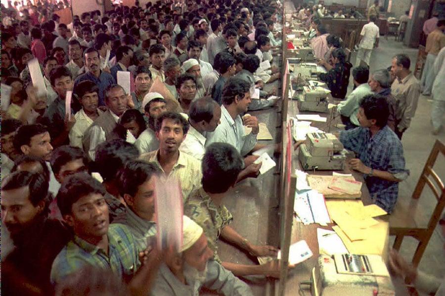 美國白宮周一(11月13日)表示,過去十年,近三萬來自支持恐怖主義國家的公民,通過綠卡抽籤移民計劃,取得美國永久居留身份。圖為數千名孟加拉公民在郵局排隊郵寄2016年綠卡抽籤申請文件。(MUFTY MUNIR/AFP/Getty Images)