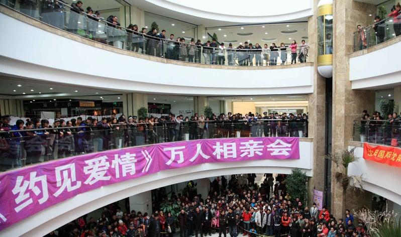 中國大陸正遭遇有史以來最大的一次單身潮。外界關注原因:中共計劃生育造成的男女性別比例失衡,婚姻受經濟利益影響等。圖為瀋陽相親現場。(大紀元資料室)