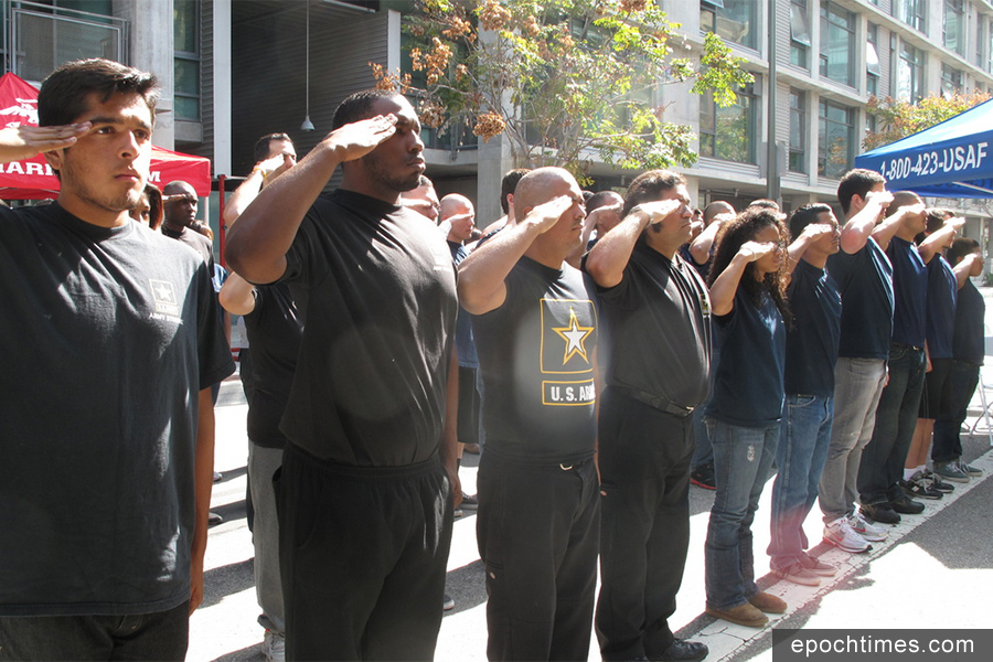 在洛杉磯市中心的美軍招募中心宣誓入伍的新兵。(大紀元資料圖)
