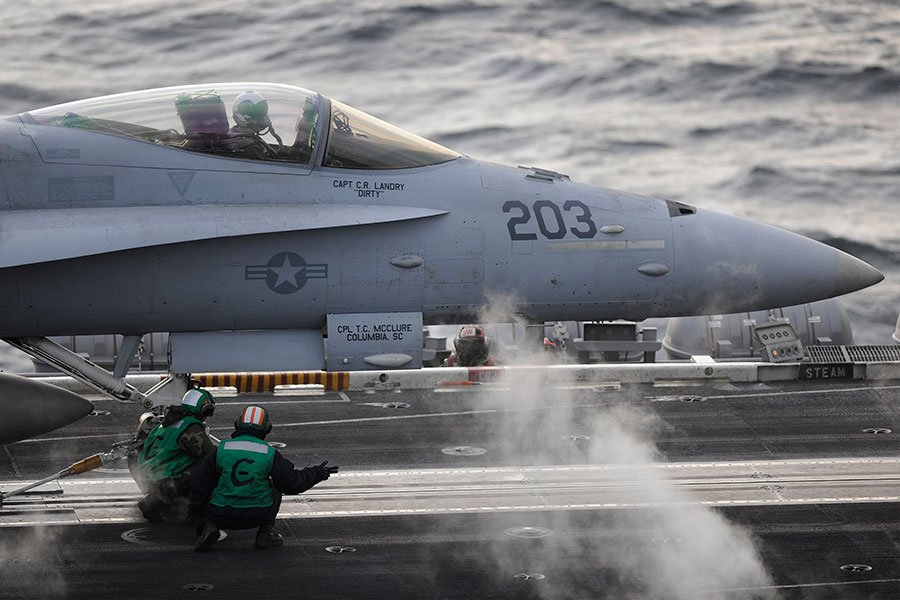 羅斯福號上海員在檢查F/A-18C大黃蜂號戰機。(U.S. Navy photo by Mass Communication Specialist 1st Class Michael Russell/Released)