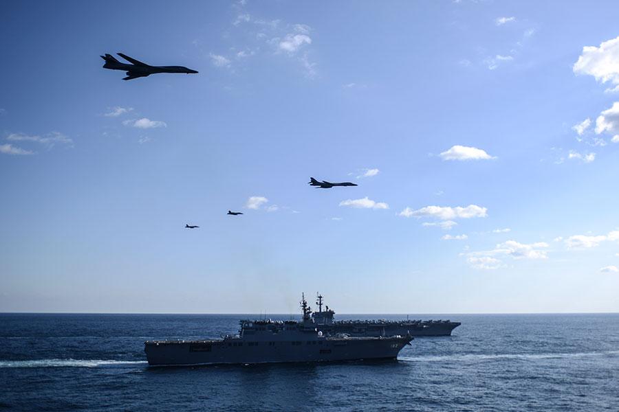 從當地時間11月11日開始,三艘美國海軍航空母艦戰鬥群和韓日海軍軍艦一起在西太平洋聯合軍演,戰機和轟炸機在空中盤旋。(U.S. Navy photo by Mass Communication Specialist 2nd Class Holly L. Herline/Released)