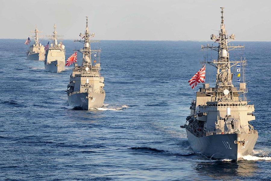日本自衛隊軍艦和美國海軍軍艦一起軍演。(U.S. Navy photo by Mass Communication Specialist 1st Class Michael Russell/Released)
