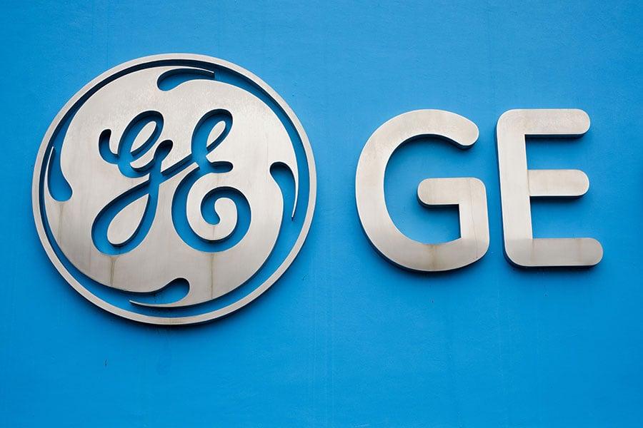 創立逾百年的美國標竿企業通用電氣(GE)如今已因事業群大而無當必須進行瘦身,該股今年重挫近40%,成為美股不斷刷新歷史新高下的異類。(AFP/Getty Images)