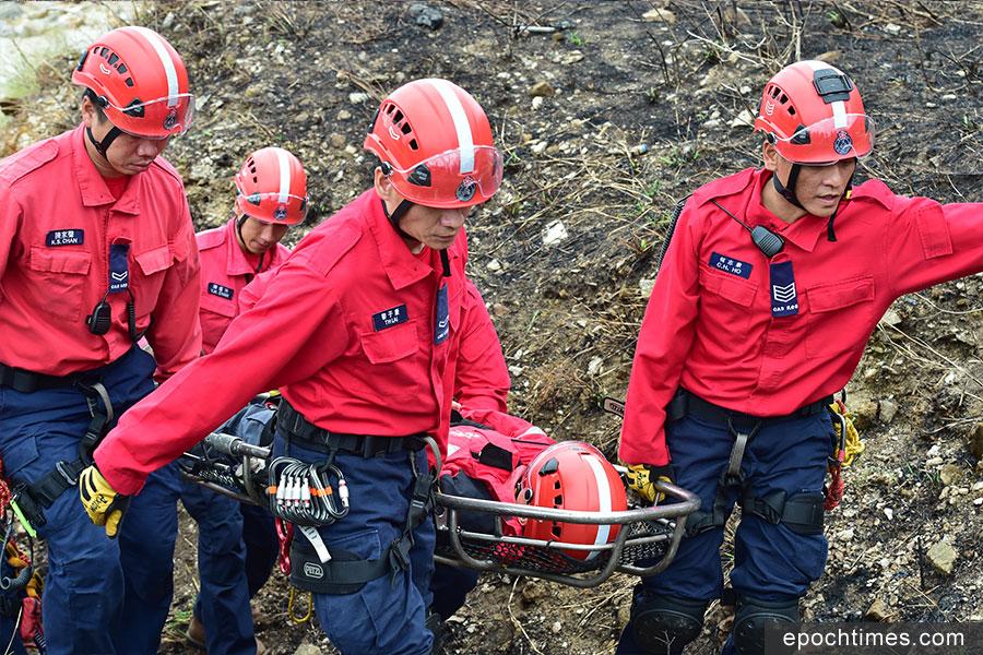 民安隊今日在鯉魚門一帶,由「紅衣飛虎」隊進行拯救示範,呼籲市民注意登山安全。(郭威利/大紀元)