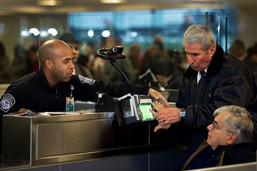 美國加州一巡迴上訴法庭星期一裁決,總統特朗普的最新旅行限制規定可以部份生效,限制六個穆斯林國家公民入境美國。(PAUL J. RICHARDS/AFP/Getty Images)