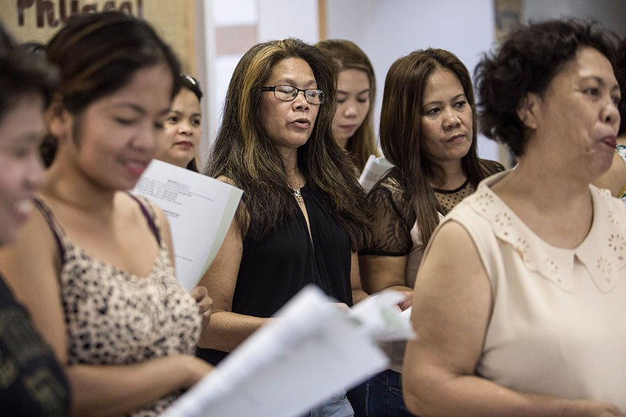 圖為在港的菲傭參與合唱團活動。(DALE DE LA REY/AFP/Getty Images)