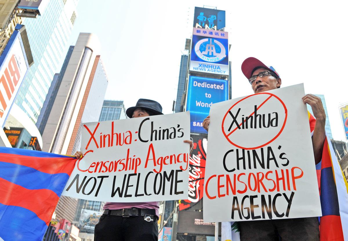 中共正利用西方的自由開放,和西方進行一場不對稱的「宣傳戰」。圖為民眾2011年抗議中共新華社在時代廣場租賃電子廣告牌。(AFP)