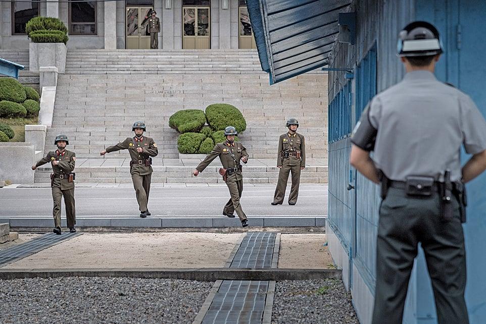 在板門店共同警備區(Joint Security Area)的南韓士兵與北韓士兵。(AFP)