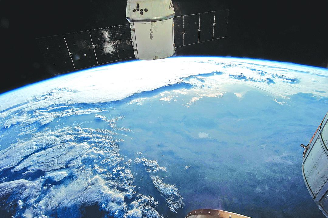 有科學家提議向上層大氣層釋放含硫酸煙霧,藉此把部份太陽光反射到太空中去,以減慢氣候變化的速度。(NASA)