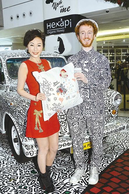 劉心悠與英國藝術家Mr. Doodle一起大顯身手玩塗鴉。(宋碧龍/大紀元)