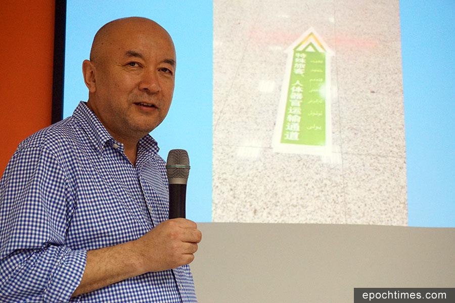 圖為流亡海外的前新疆醫生安華托帝,近日在一場演講中展示一張新疆機場內的一個「人體器官運輸通道」綠色標誌圖片。(李怡欣/大紀元)