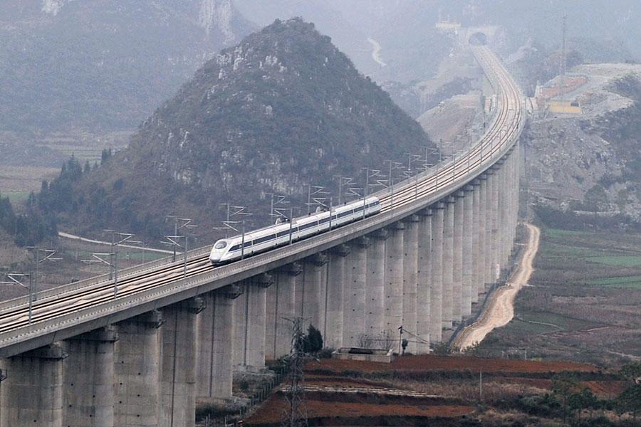 貴州省安順市,滬昆高鐵開通第二天,動車經過水桶木寨特大橋。(大紀元資料室)