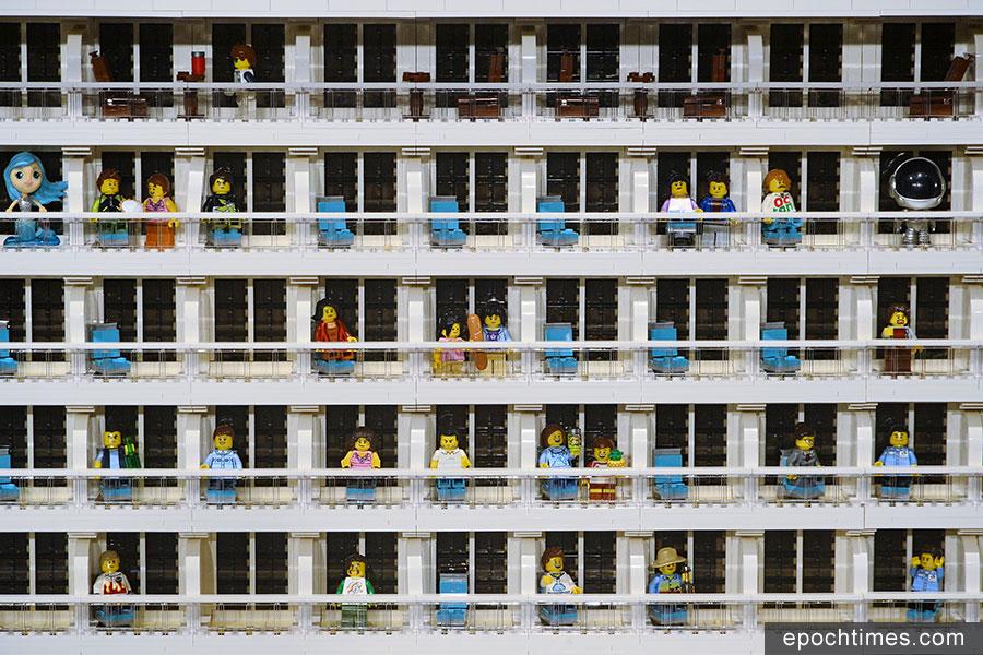 星夢郵輪特別打造了一艘由樂高(Lego)積木拼砌而成的「世界夢號」巨型輪船模型,今日於啟德郵輪碼頭隆重揭幕,並打破健力士世界紀錄,成為目前全球最大的樂高模型船。(宋碧龍/大紀元)