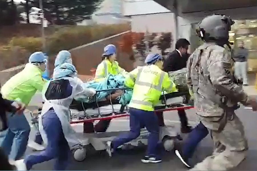 13日,通過板門店聯合警備區歸順南韓的北韓士兵,正在被移送到南韓水原亞洲大學醫院急救的情景。(newsis)