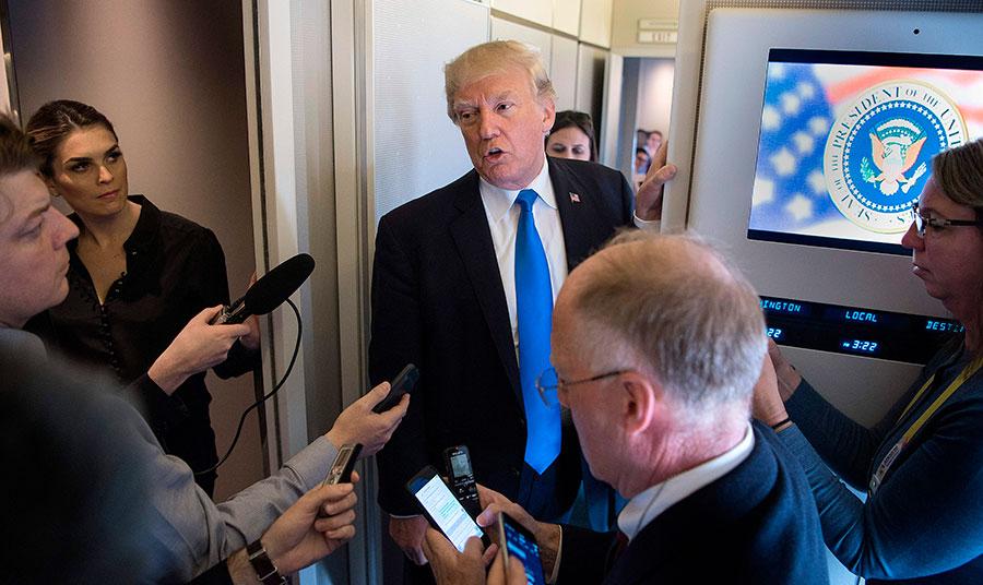 美國總統特朗普14日結束亞洲行,搭空軍一號返美。在總統專機上,和記者談此行的最大成就。(JIM WATSON/AFP/Getty Images)