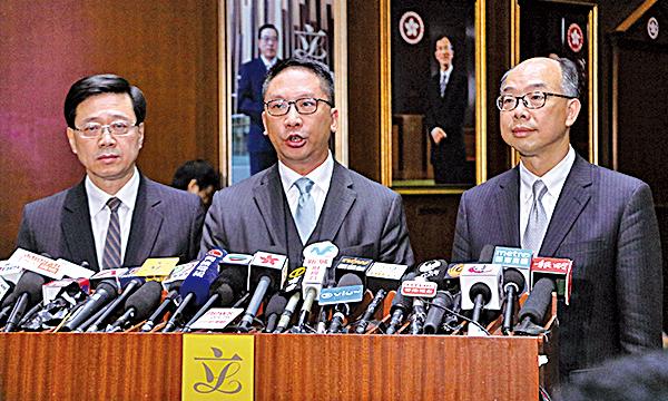律政司長袁國強(中)稱,會爭取在今年內完成「三步走」程序的首兩步工作。(蔡雯文/大紀元)