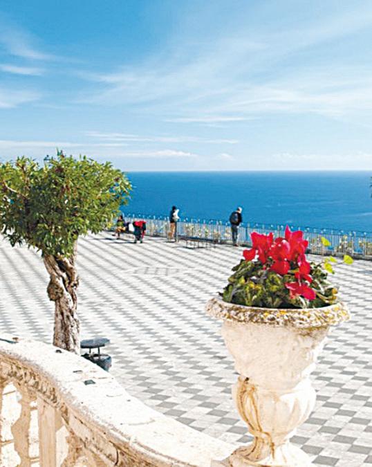 陶爾米納(Taormina)位於西西里島東北海岸,是一個巋然聳立在層層山石上的小鎮,被喻作西西里的美麗陽台。(shutterstock)