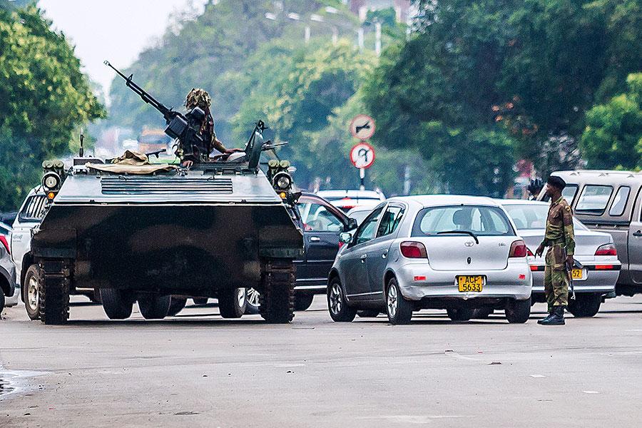 11月15日,津巴布韋疑似政變後的首都街頭出現坦克。(AFP/Getty Images)