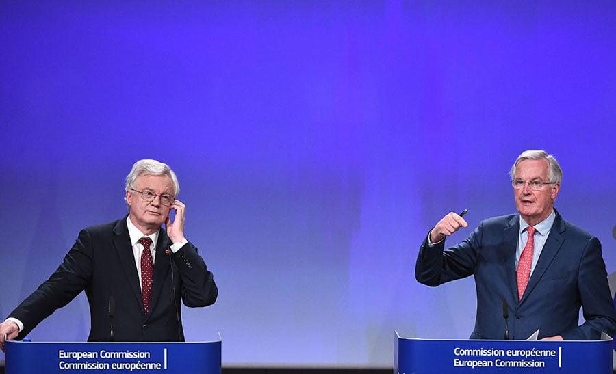 11月10日,第六輪談判後,歐盟首席談判代表巴尼耶(右)和英國脫歐大臣戴德偉在新聞發佈會上。(EMMANUEL DUNAND/AFP/Getty Images)