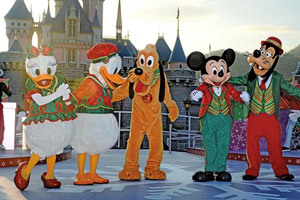 香港迪士尼樂園換上冬日佈置,迎接聖誕節,即日起舉行「A Disney Christmas」聖誕活動至明年1月1日。(大紀元/宋碧龍)