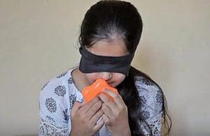 尼國女孩能聞色 蒙眼能用手識字