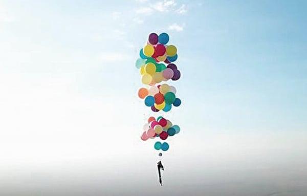 《沖天救兵》現實版 英男藉氣球飛行