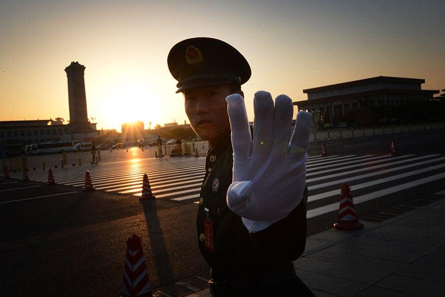 有學者認為,中共一系列威脅其它國家的內政外交行動,實際上是一種迴光返照的表現。圖為北京天安門廣場上的公安人員。(MARK RALSTON/AFP/Getty Images)