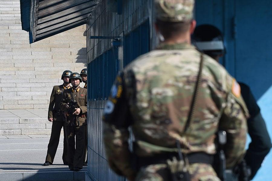 南韓媒體報道說,北韓士兵於11月13日在板門店投奔南韓,遭同袍開槍射擊,其子彈飛越共同警備區的軍事分界線,進入南韓境內。圖為板門店的共同警備區。(JUNG YEON-JE/AFP/Getty Images)