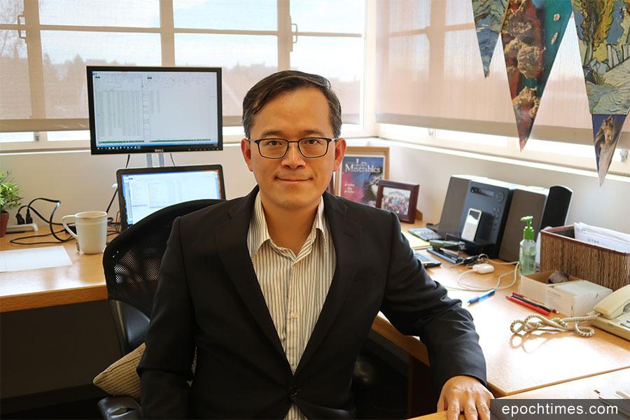 洛加大安德森管理學院經濟學者俞偉雄談支付寶在美國使用的情形。(徐綉惠/大紀元)