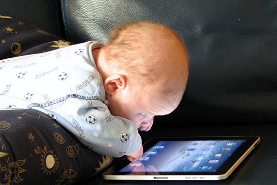如今的孩子過多使用觸碰設備,令人擔憂。(Steve Paine/Flickr)