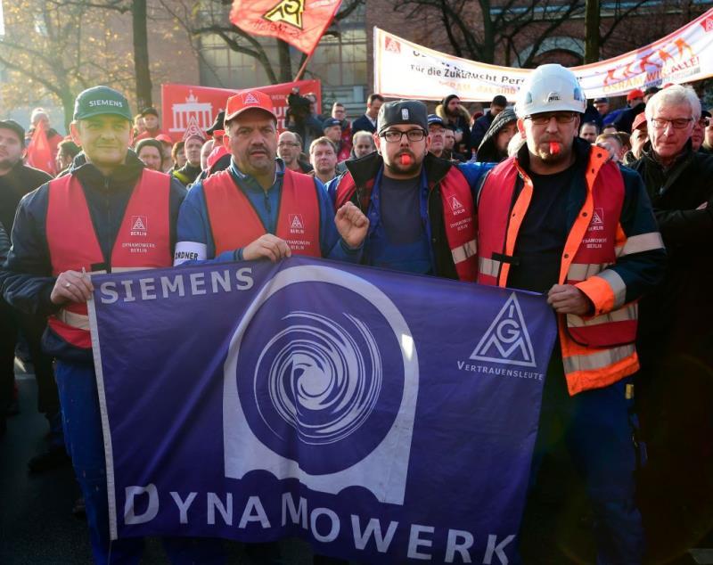 西門子員工在德國柏林抗議公司的裁員計劃。(TOBIAS SCHWARZ/AFP/GettyImages)