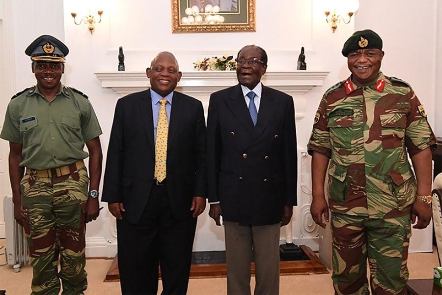 當地時間11月16日,津巴布韋哈拉雷,93歲高齡的津巴布韋總統穆加貝(左二)與津國防軍司令康斯坦丁・古韋亞・奇文加以及南非特使在當天見面並會談。(大紀元資料室)