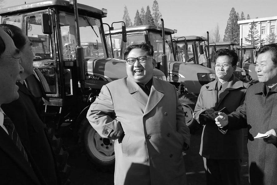 南韓統一部相關負責人表示,「無法斷定兩人是否會面,若金正恩未會見宋濤則實屬罕見。」圖為朝中社在11月15日發佈金正恩(中)的一張照片。(STR/AFP/Getty Images)