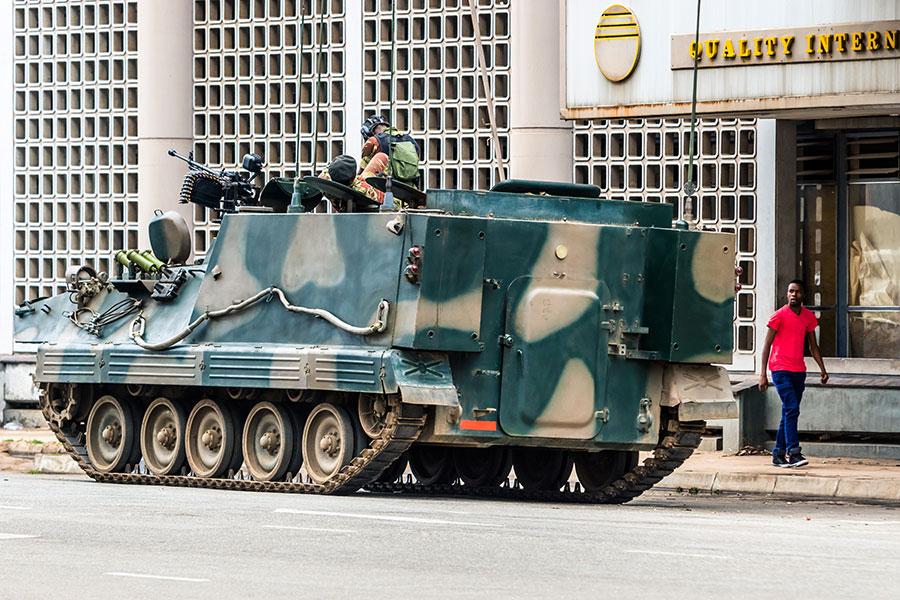 津巴布韋政局生變,軍方11月15日對國家實行軍管,把總統穆加貝(Robert Mugabe)軟禁在家。(STR/AFP)