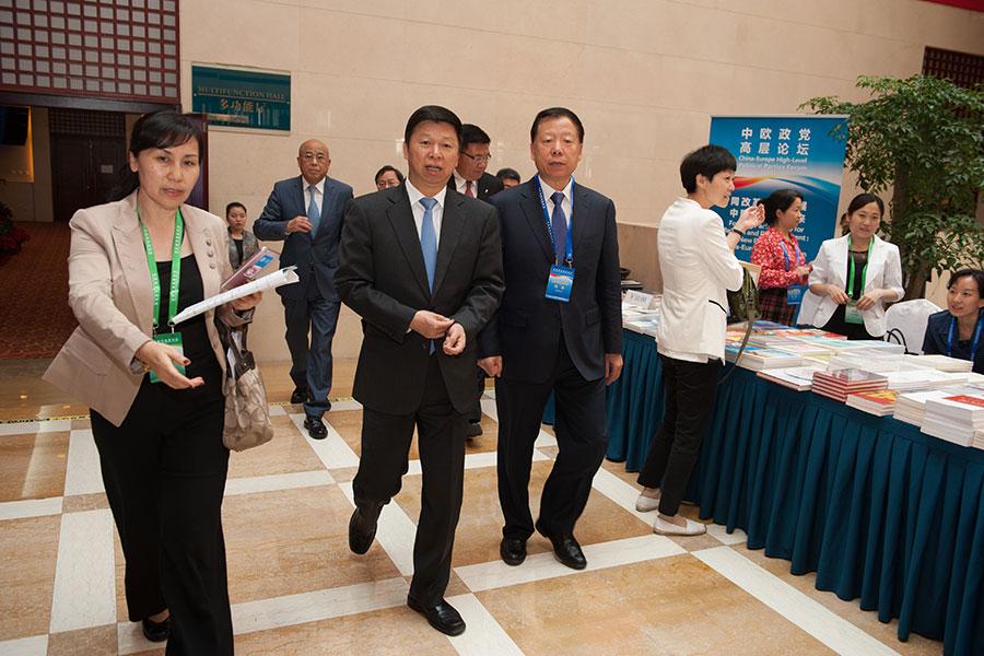 11月17日,中共中聯部長宋濤(左三)作為習近平的特使飛往平壤。圖為宋濤(前中)2016年5月17日在北京參加第五屆中歐政黨高層論壇。(大紀元資料室)