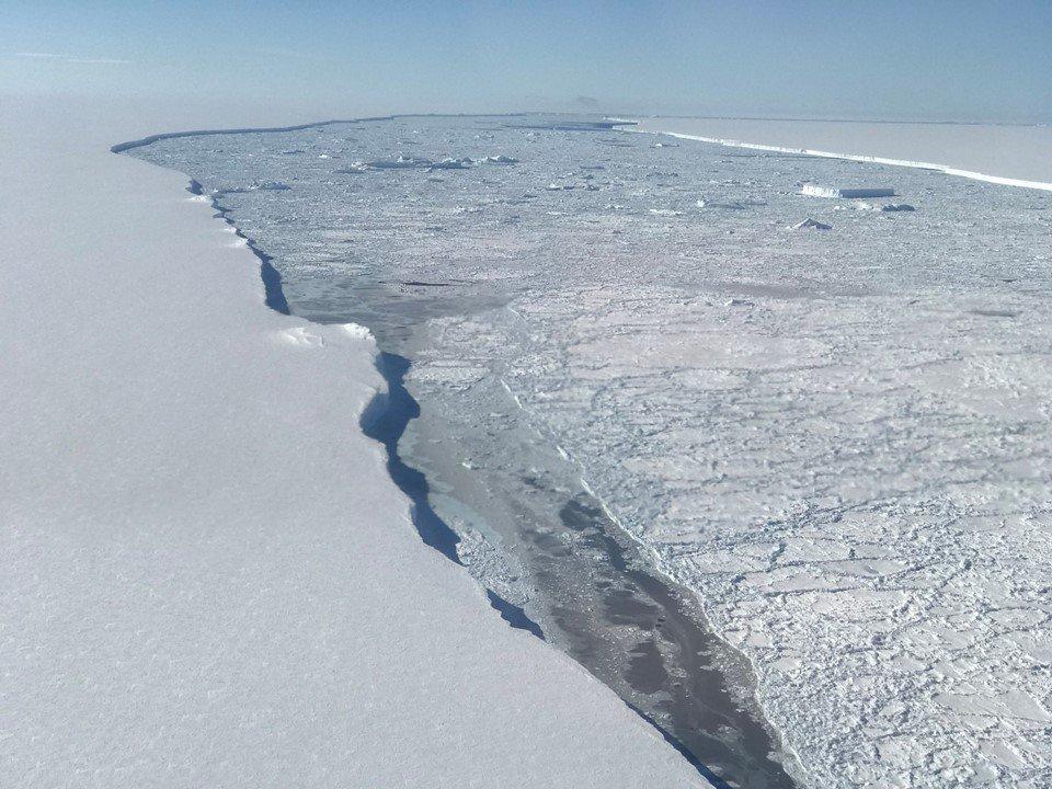 近日,NASA發佈A-68巨型冰山照片,其為有史以來最大冰山之一。(NASA)