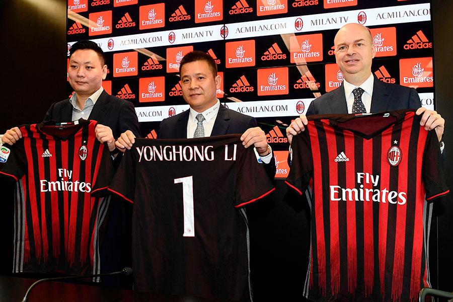 2017年4月14日,AC米蘭於意大利米蘭召開發佈會,宣佈羅森內里體育投資盧森堡公司正式收購AC米蘭足球俱樂部。中為AC米蘭新的擁有者李勇鴻手持印有自己名字的球衣。(大紀元資料室)