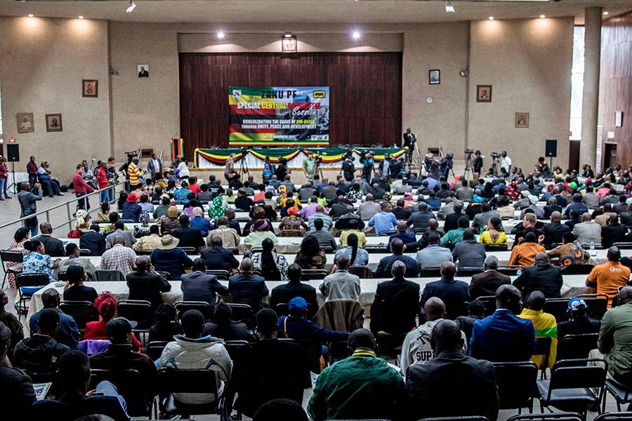 津巴布韋執政黨非洲民族聯盟—愛國陣線(ZANU-PF),周日(11月19日)召開特別會議,投票贊同解除總統穆加貝的黨內領導職務。(JEKESAI NJIKIZANA/AFP/Getty Images)