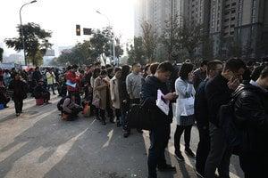 南京史上現最嚴開盤 數千人仍排隊買房